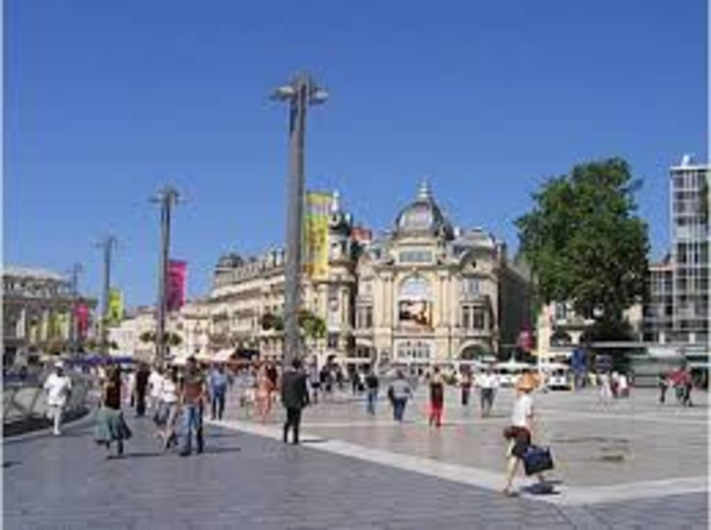 La Comédie, master square of Montpellier, 10 mn by tram