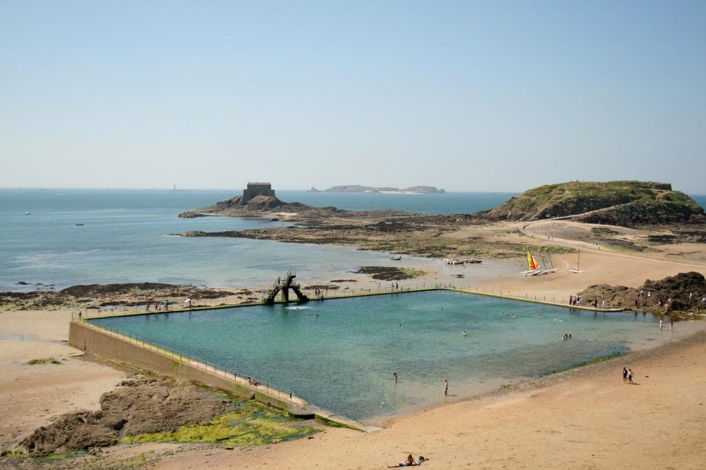 La célèbre piscine de Bon Secours (à 5 mn à pied) avec le Grand et Petit Bé à l'arrière-plan (accès à marée basse)
