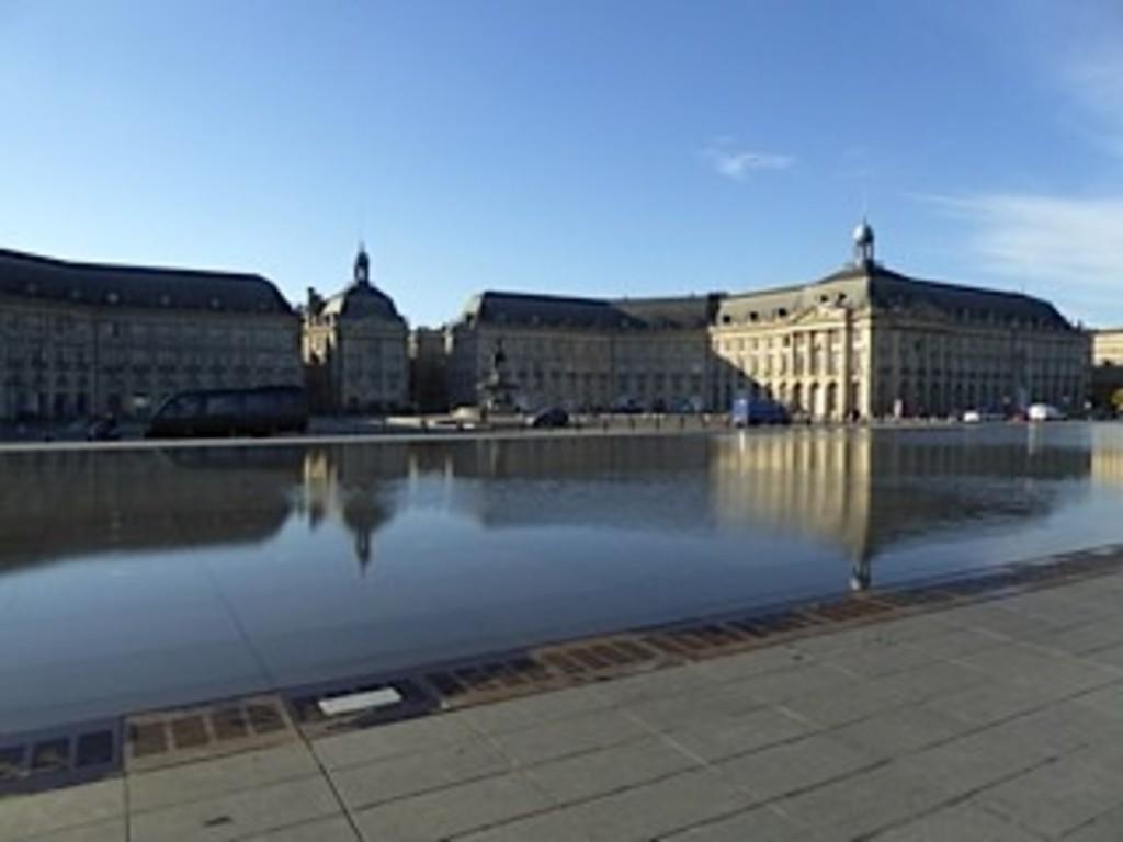 Bordeaux:le miroir d'eau et la place de la Bourse