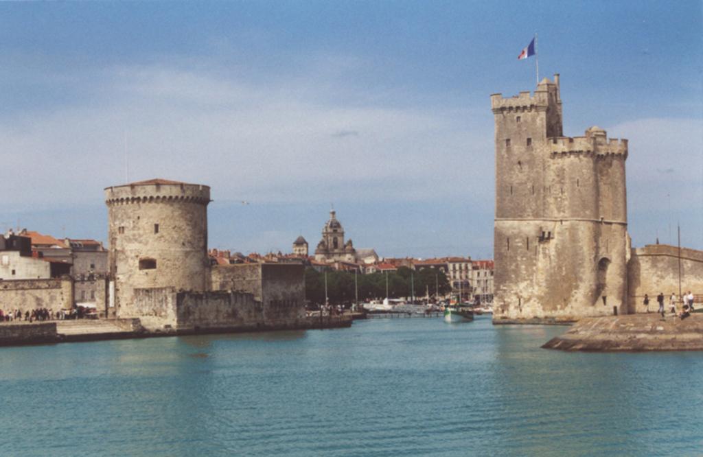 L'entrée du vieux port de La Rochelle ( 1o minutes à vélo de la maison)