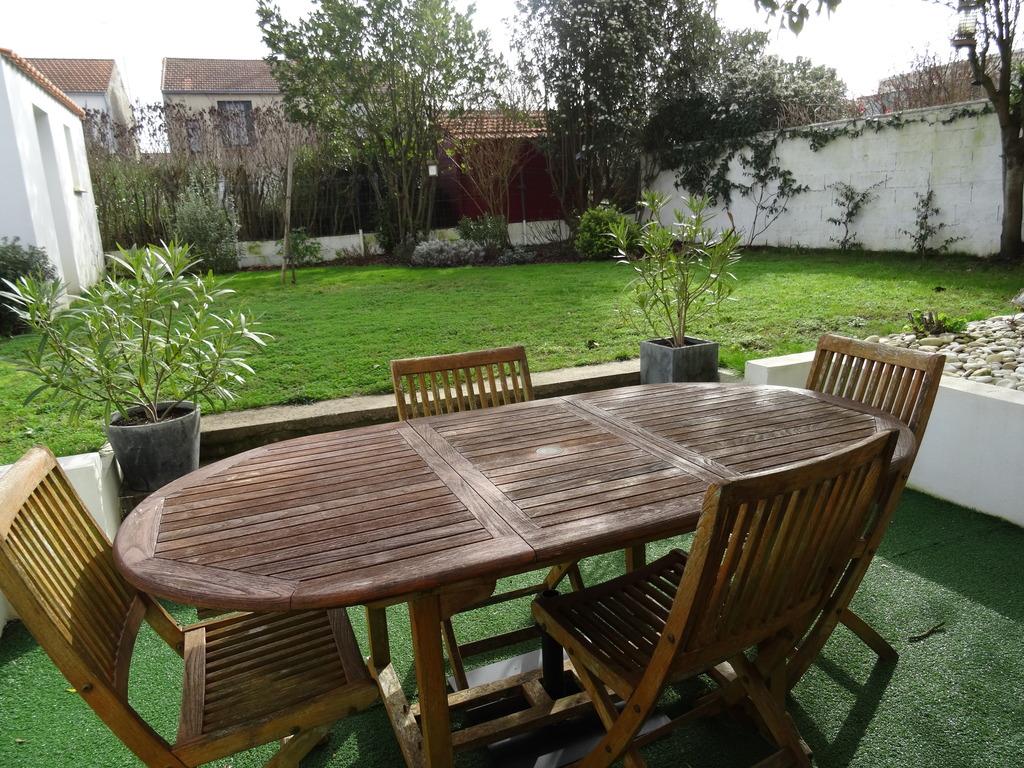 jardin et terrasse derrière la maison