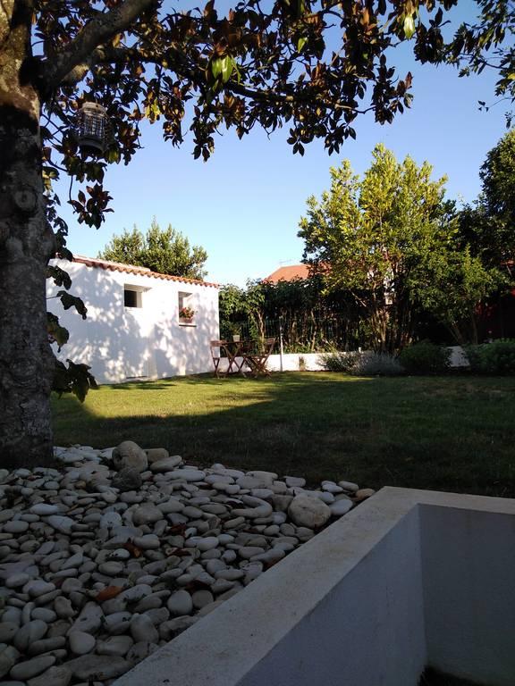 Une partie du jardin derrière la maison