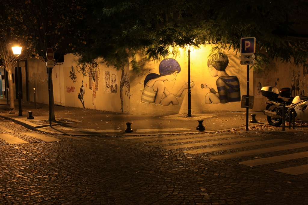 """Street arts in """"La butte aux cailles"""" by night"""
