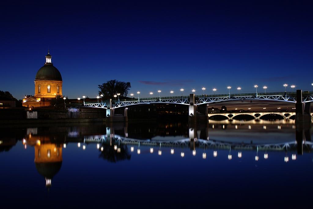 Toulouse : la Grave (dome) and Pont Saint-Pierre by night