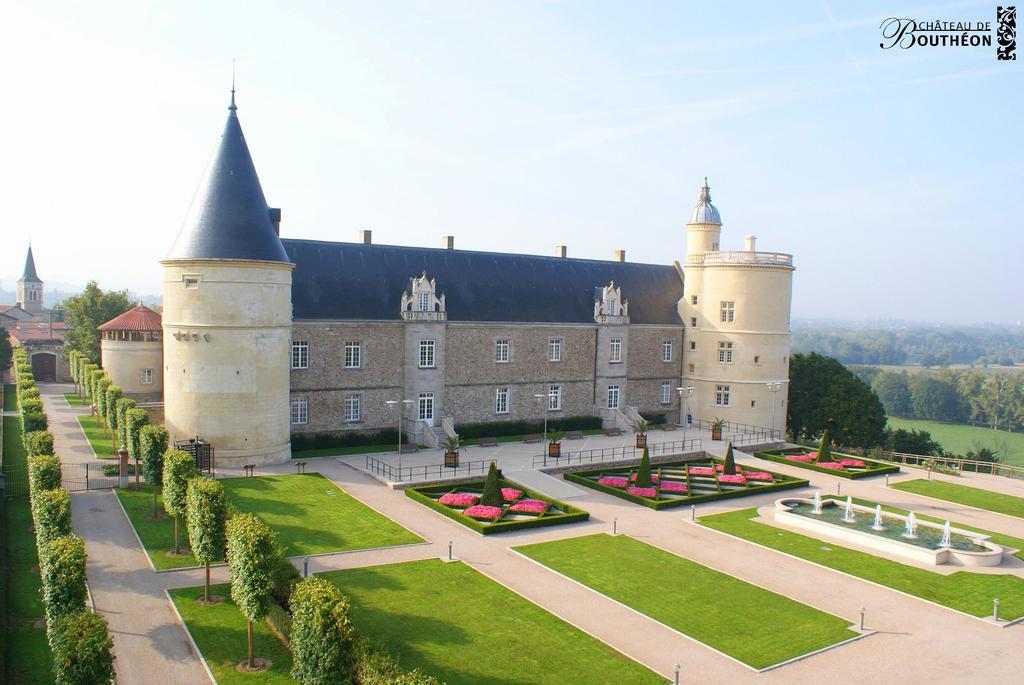 Chateau de Bouthéon : 18 km.