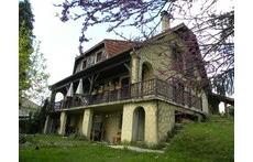 La maison vue depuis le jardin au début du printemps.