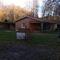 Dans le pré, face à la maison, la piscine est à gauche, ainsi que les box des chevaux