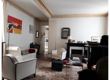 salon avec piano à queue
