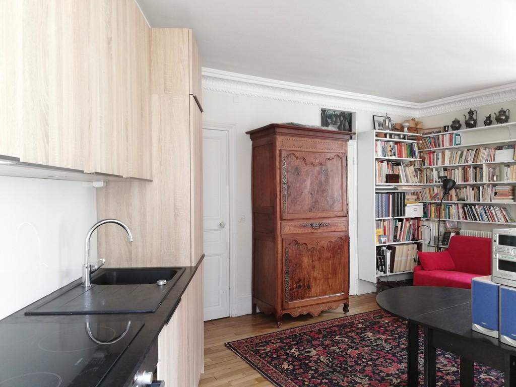 chambre ouverte, partie cuisine sur la gauche