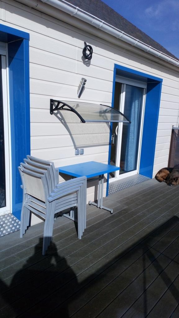Terrasse avec les baies vitrées des deux chambres