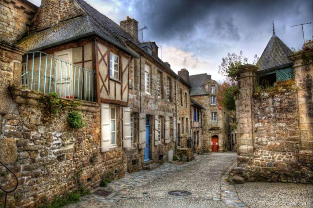 Moncontour medieval city (25')