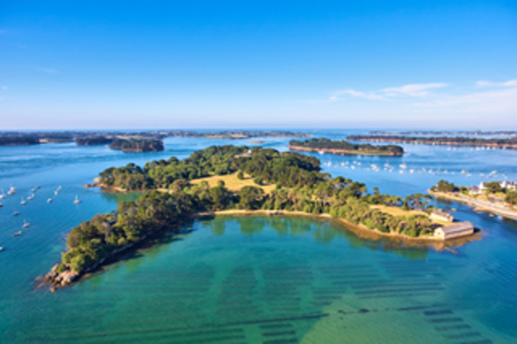 Golfe du Morbihan next to Vannes historic city in southern Brittany (1h30')