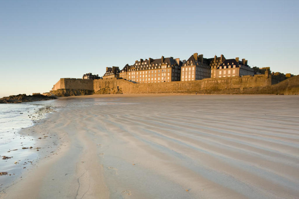 Saint-Malo, the corsair city from one of its beaches (1h15')