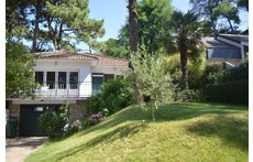 10 mn walk from the city center, a nice house in the pines