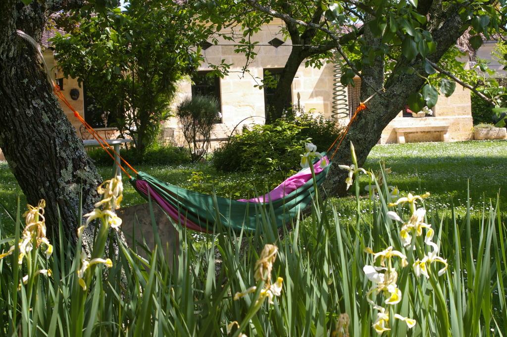 Maison dans parc fleuri