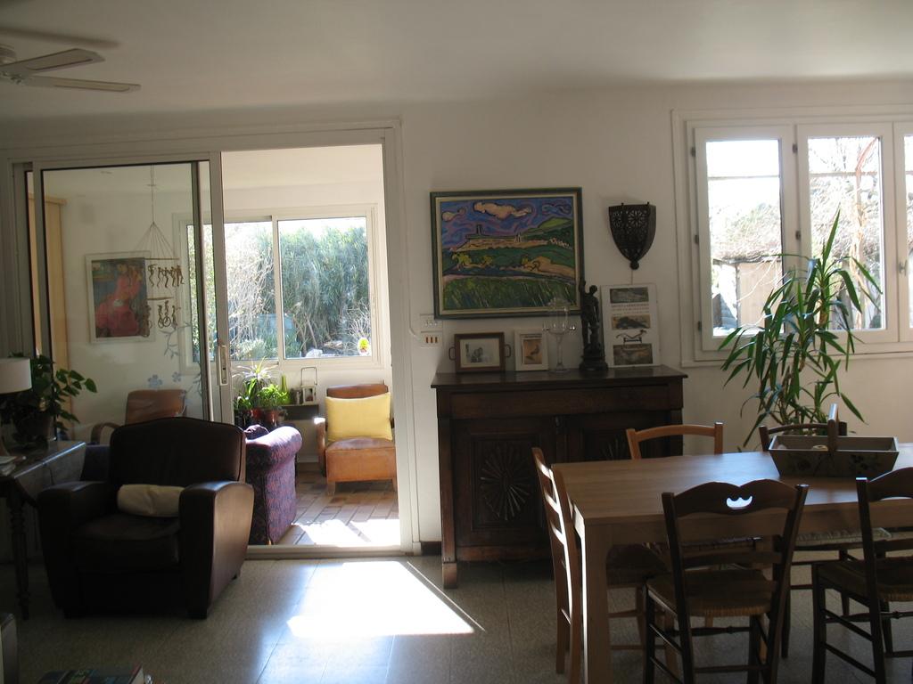 vue de l'entrée sur la salle à manger et la véranda