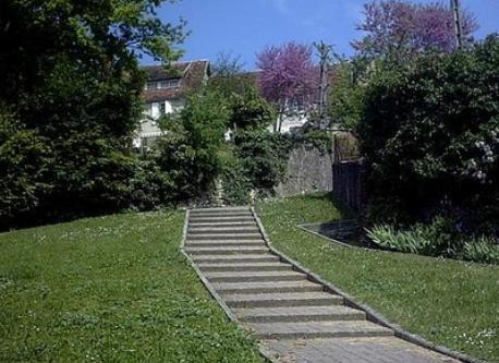 escaliers menant du bourg à la maison