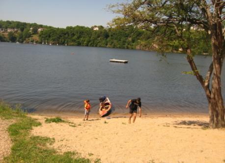 de belles plages tout autour du lac