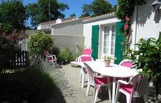 petit jardin et terrasse avec salon de jardin ,transats ,sans vis  à vis, BBQ, grand parasol