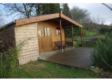 cabane en bois dans le jardin, où l'on peut dormir à 2