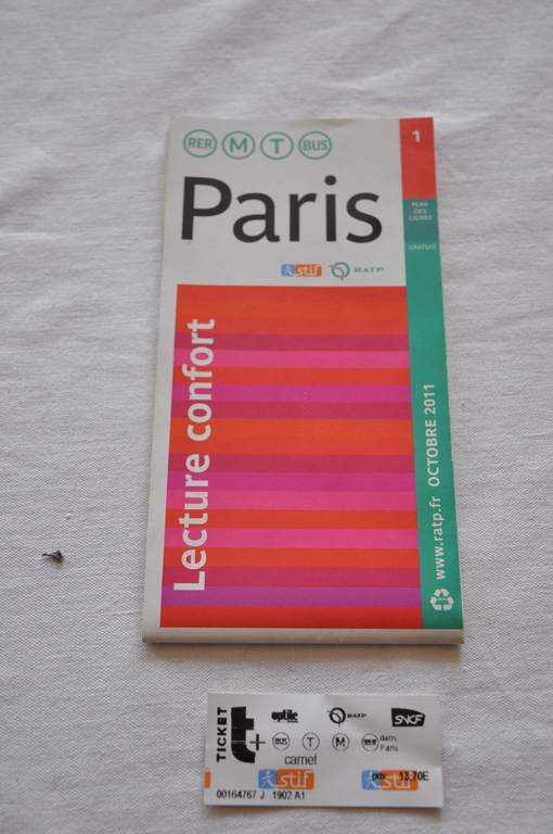 Plan de Paris et un ticket de métro/bus / map of Paris and ticket