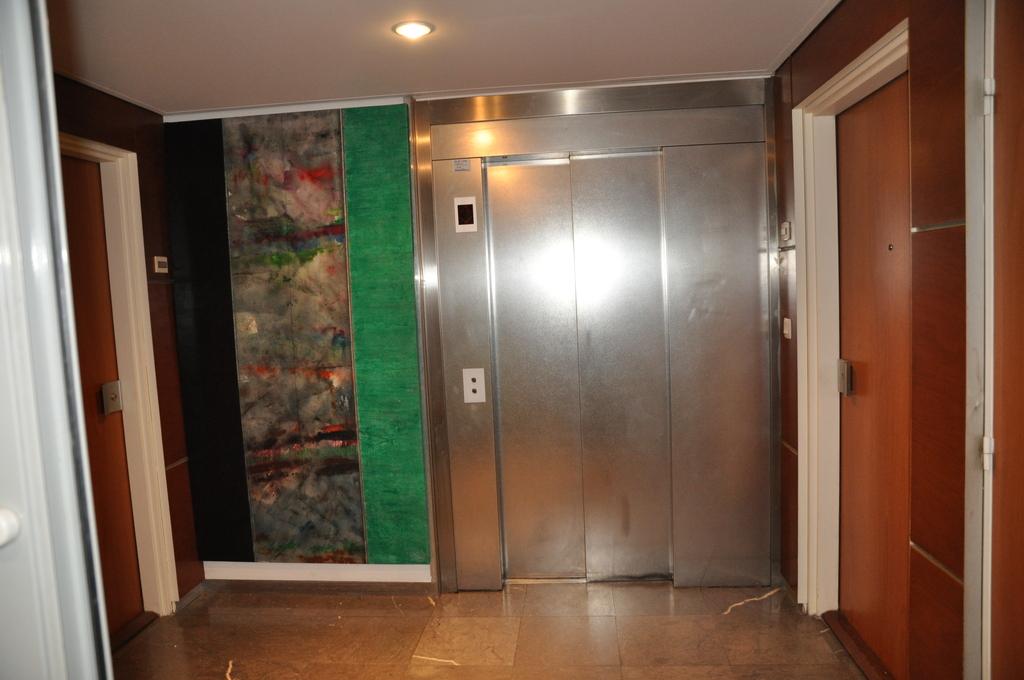 L'entrée de l'ascenseur/ Elevator