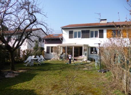 Notre maison au printemps (avant l'arrivée du trampoline)