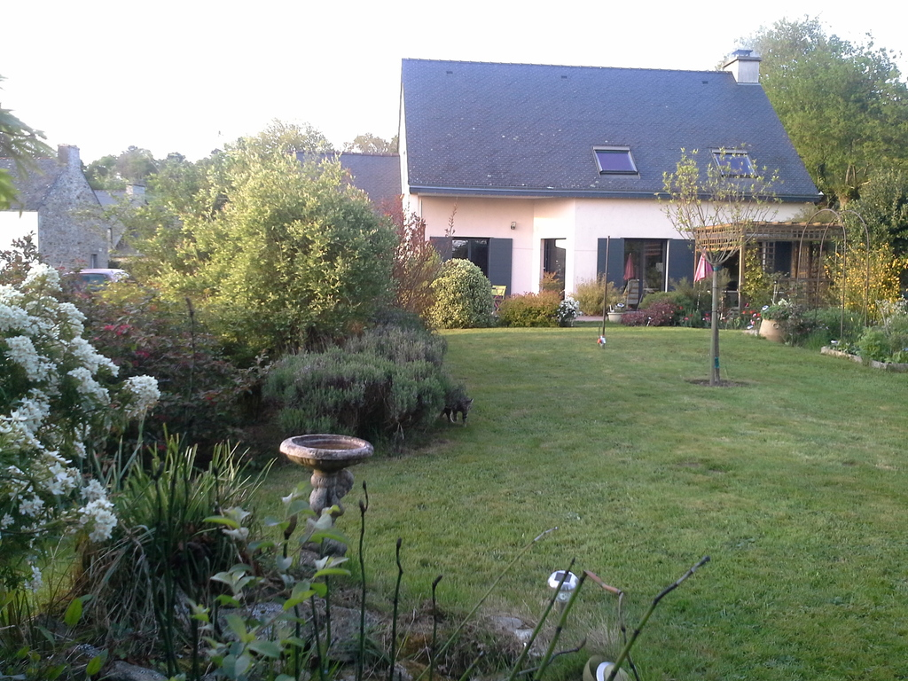 La maison vue du fond du jardin. The house and the garden