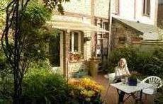 la cuisine donne sur un petit jardin avec terrasse.