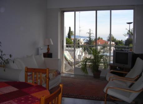 salle à manger et balcon