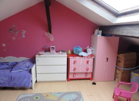 """la chambre """"des enfants"""" C'est une grande chambre sous les combles avec un lit taille enfant (160m), un lit a barreaux et un ..."""