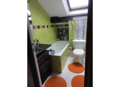 La salle de bains à l'etage. On a des toilettes aussi en bas.