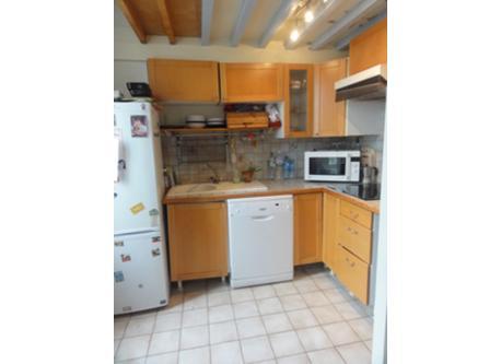 La cuisine ouverte sur la salle à manger. Elle n'est pas trop grande, mais elle a frigo, four, lave-vaisselle...