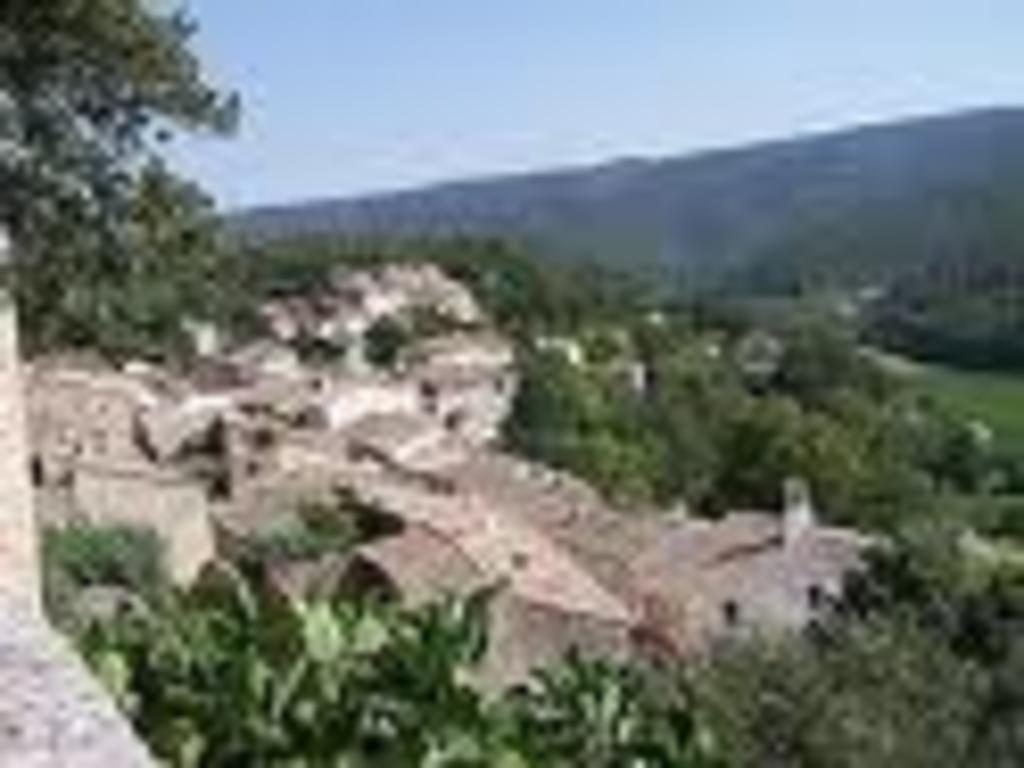 Ménerbes (25 km) and Luberon stoned perched villages