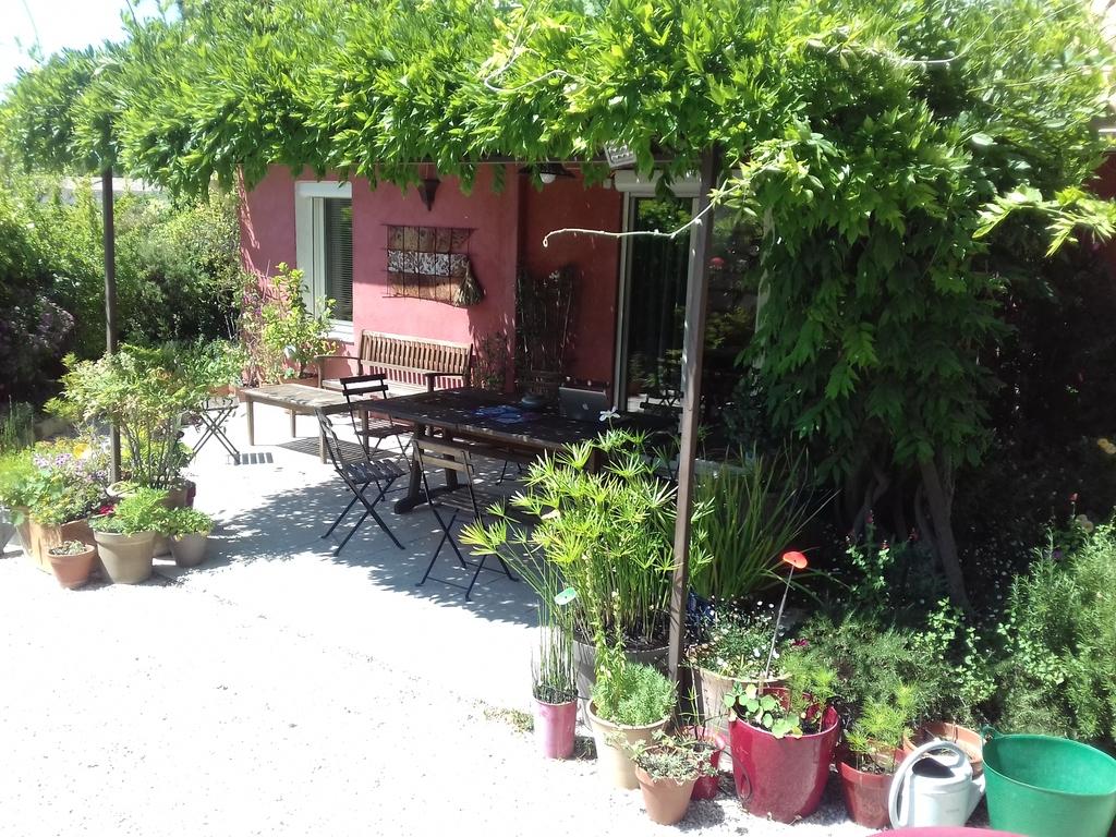 Le coin terasse qui donne sur un petit jardin entourant toute la maison
