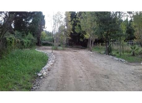 Private access to the house.  Chemin d'accès privé à la maison