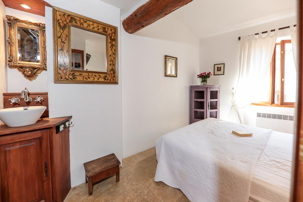 Bedroom 1 Queen size bed with ensuite bathroom