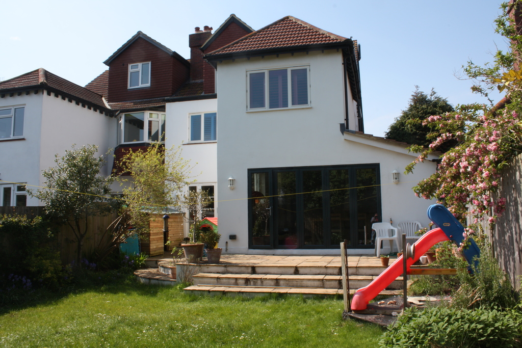 Family garden, bbq, high quality trampoline, sandpit, slide, toys and 5 bikes and 2 child seats