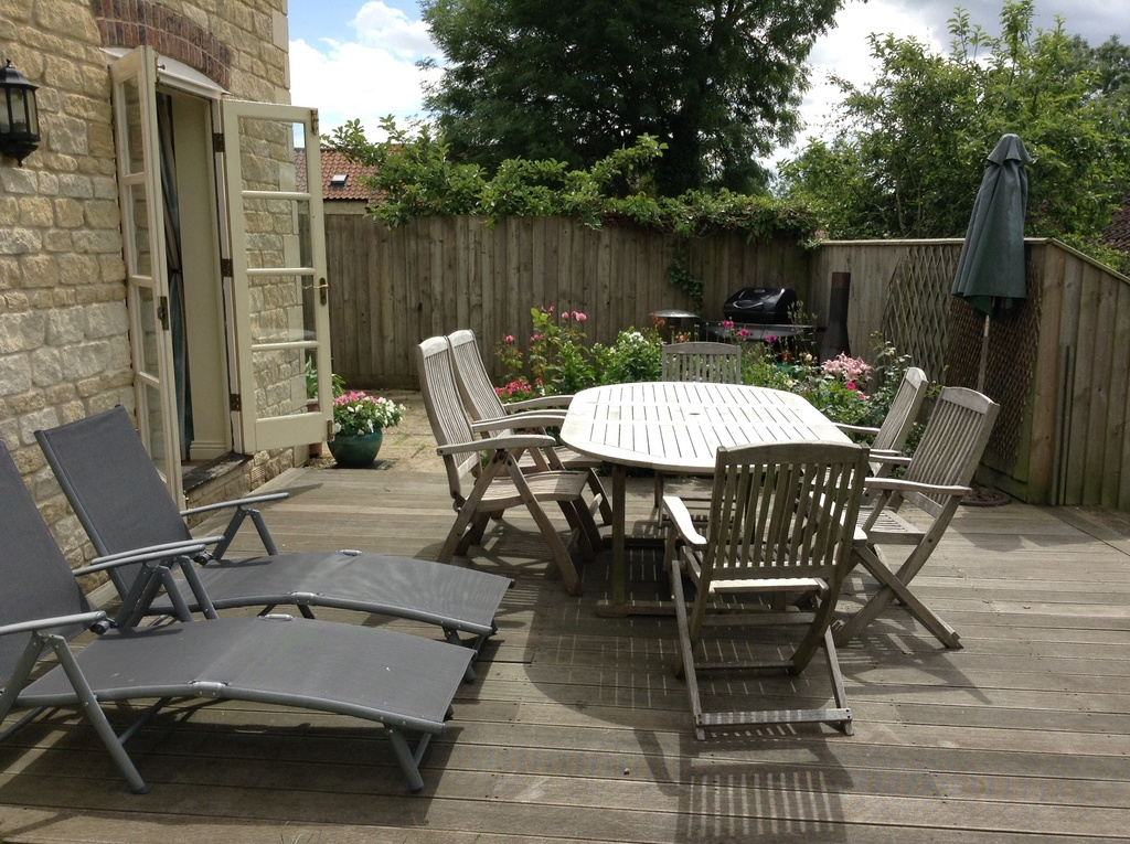 Large deck , gas BBQ & enclosed garden