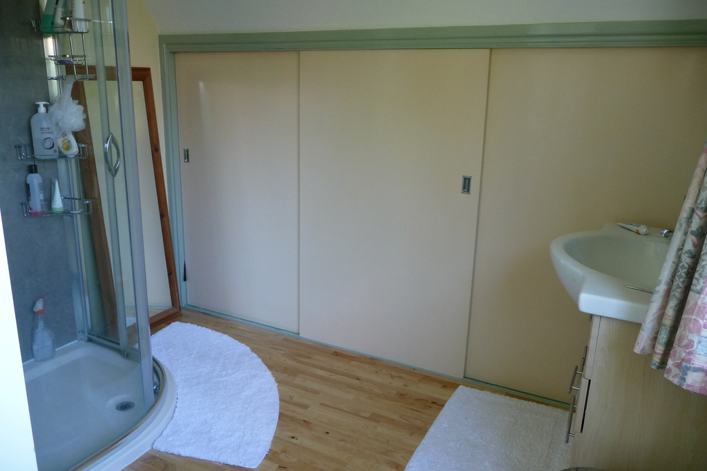 En suite bathroom (main bedroom)