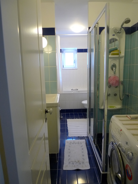 Main bathroom with shower cabin and bathtab