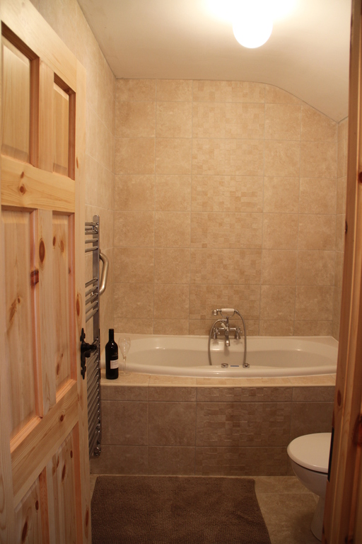 Main bathroom with Jacuzzi bath