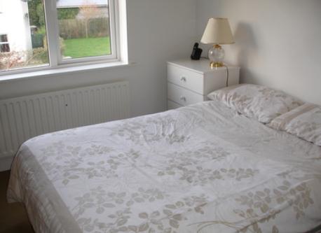 Guest bedroom (with en-suite bathroom).