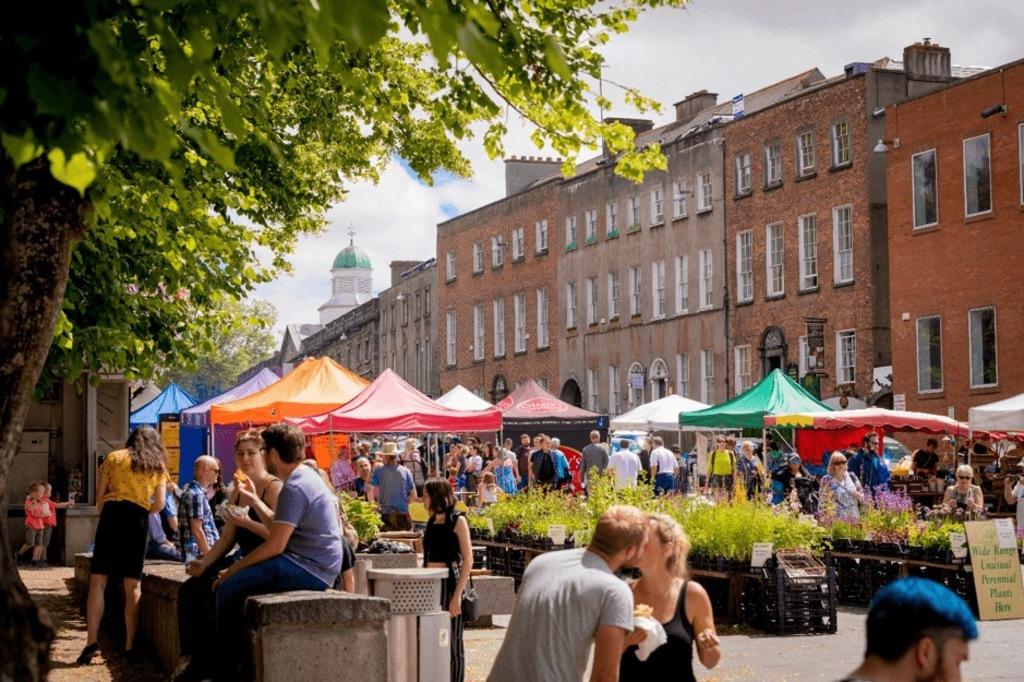 Thursday morning farmers market on the Parade