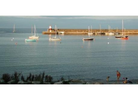 Wicklow Pier - walking distance or 5 mins by car