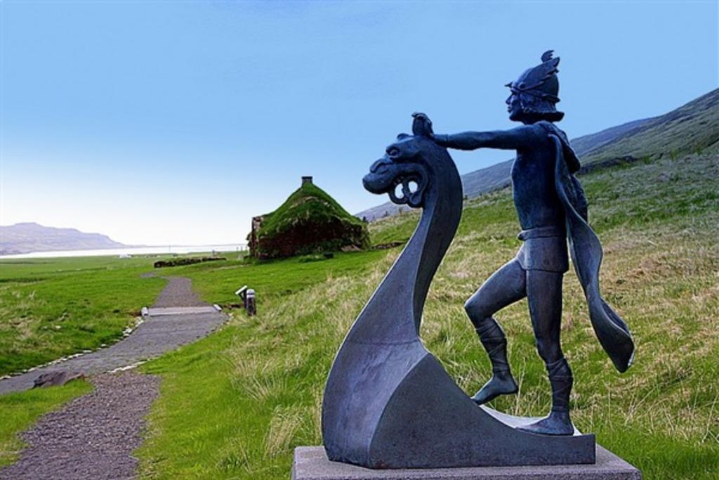 """Eiríksstaðir and the statue of """"Leifur the lucky"""""""