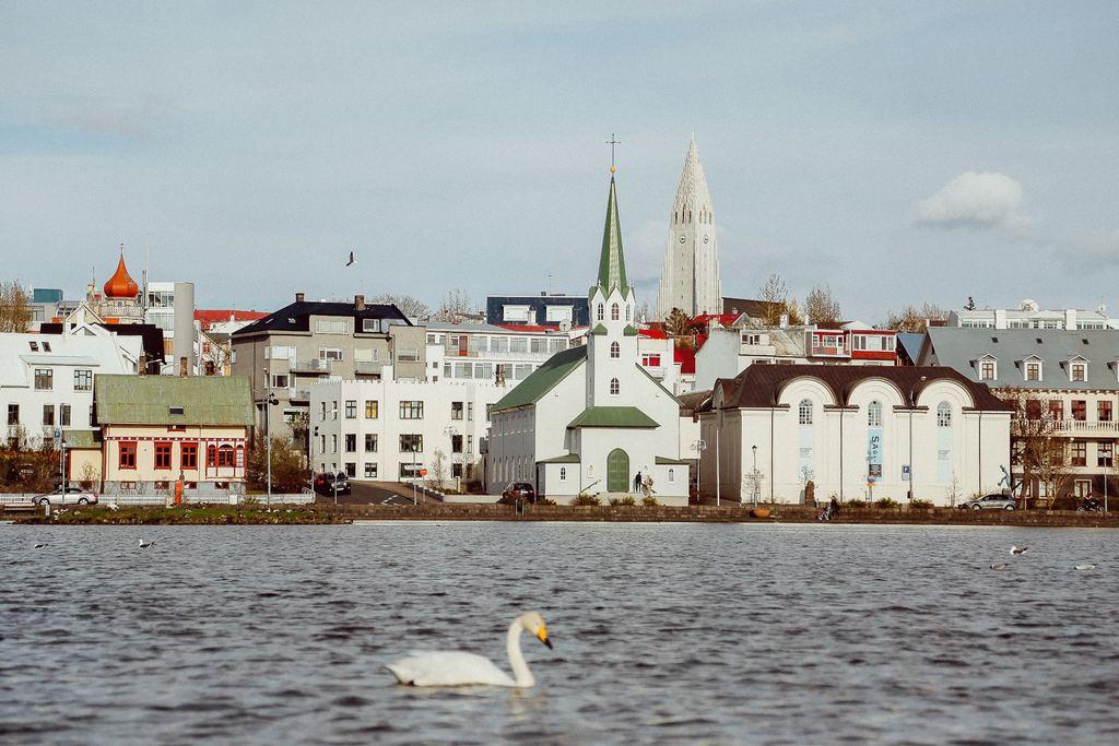 """Beim Teich """"Tjörninn"""" (Der Name bedeutet """"Teich"""")"""