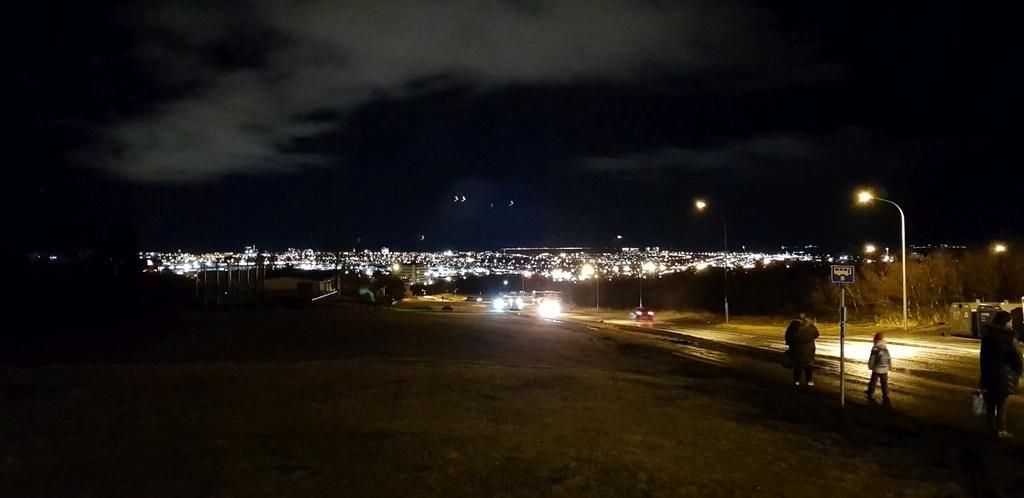 Der Blick über Reykjavík von unserer Bushaltestelle. (Im Sommer mit weniger Dunkelheit)
