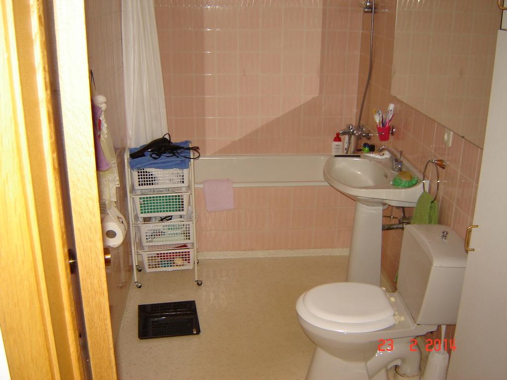 Bathroom 1/ tub - shower.