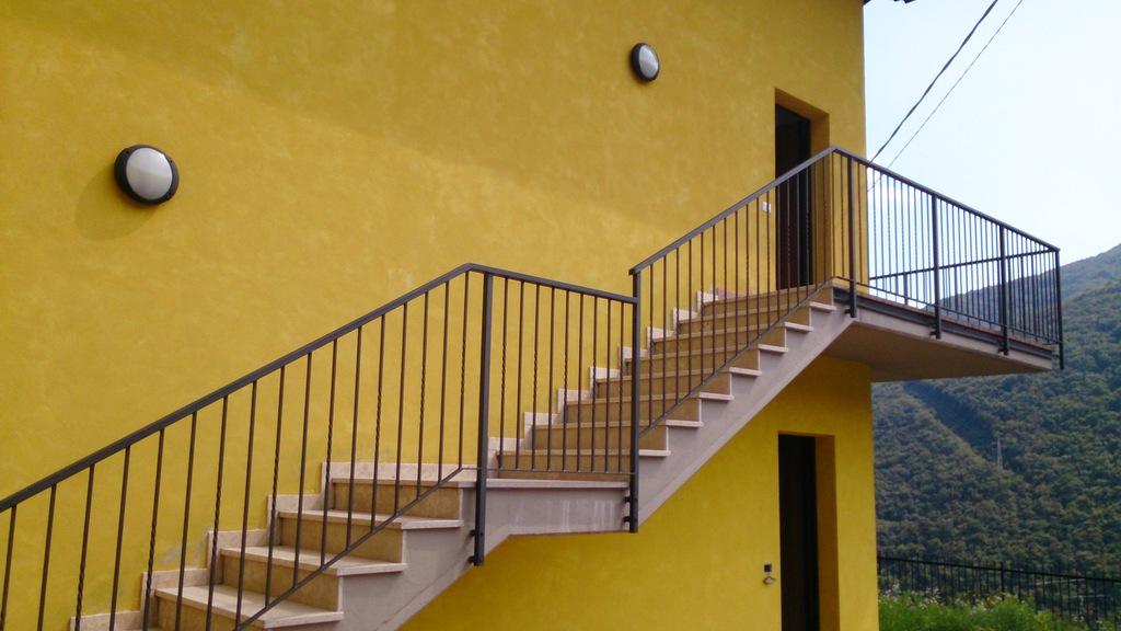 Eens binnen complex: naar boven via trap.